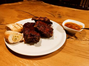 Spare Ribs ca. 500 g mit Honig-Mandarinensoße und Kräuterbaguette